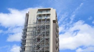 足場を組み立て中の高層ビル