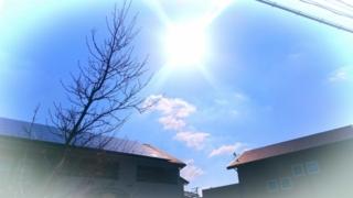 ライズ・ワンペイントの遮熱塗装をご紹介する写真。屋根に照り返す太陽。